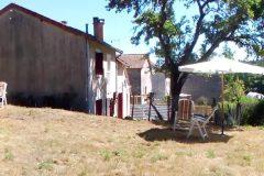 Wij hebben het laatste huis in de straat. Daarnaast en erachter alleen maar natuur. De zijmuur is wel wat grauw... De rest van het huis niet